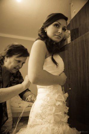 zapínání korzetu nevěsty | Český Krumlov