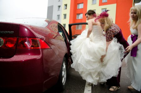 skládání šatů nevěsty do auta | Český Krumlov