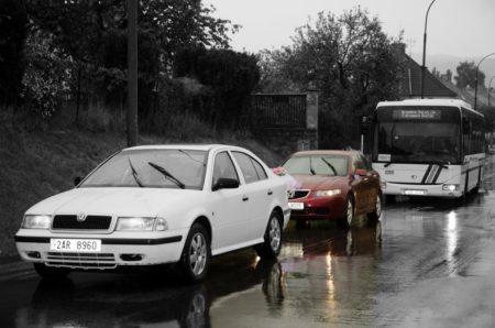 kolona aut před železničním přejezdem | Český Krumlov