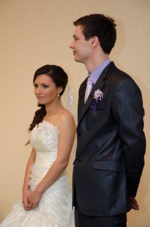 nevěsta s ženichem poslouchají proslov | Český Krumlov