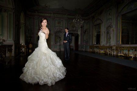 nevěsta se chlubí s prstýnkem | Český Krumlov