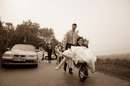přepadení, nevěsta musí pokračovat jiným vozem | Slavkov