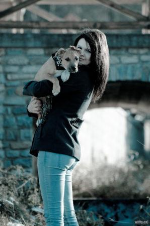 Jana se psem před mostem | Zlatá Koruna