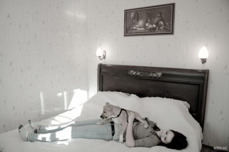 Rocky na Janě na posteli | Zlatá Koruna