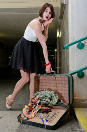 vysypaný kufr věcí