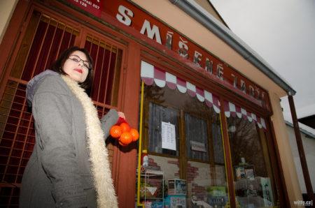 Andrea u smíšeného zboží s pomeranči