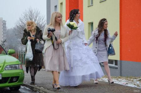 nevěsta připravena, přesun k autu | Český Krumlov