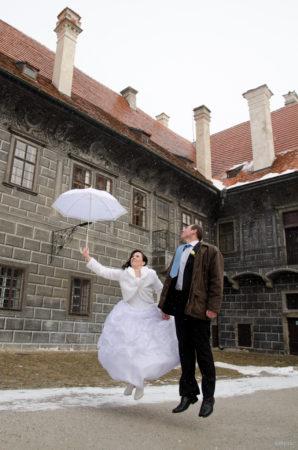vítr odnáší ženicha a nevěstu s deštníkem | Český Krumlov