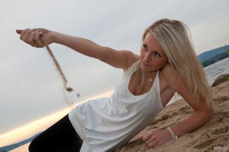 přesypání písku na pláži | Černá v Pošumaví