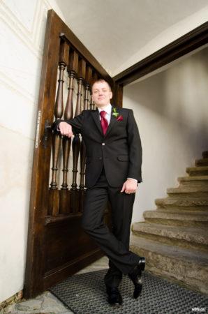 ženich u vyřezávaných dveří | Rožmberk nad Vltavou