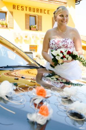 nevěsta dorazila na hostinu | restaurace Studenec, Rožmberk nad Vltavou