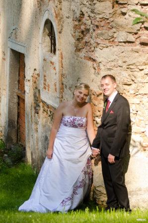 novomanželé u zdi | restaurace Studenec, Rožmberk nad Vltavou