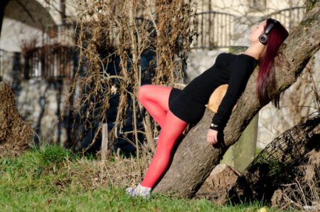 opřená o strom, Jelení zahrada | Český Krumlov