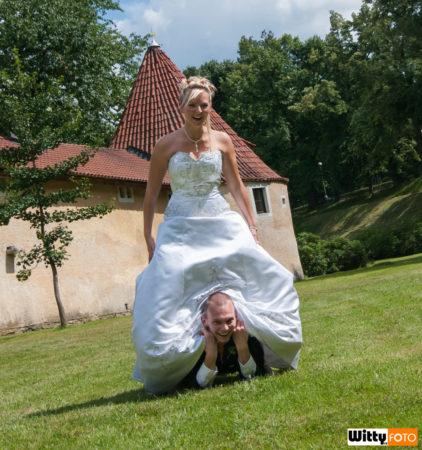 ženich se schoval pod šaty nevěsty | Třeboň