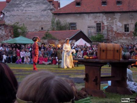 Živé šachy (21:00-21:45) - foceno kompaktem, Pivovarské zahrady | Český Krumlov, Slavnosti pětilisté růže 2014