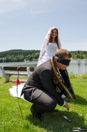 ženich v chomoutu se řídí pokyny nevěsty | Frymburk