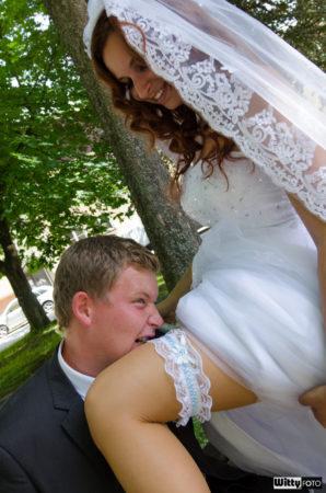 ženich sundavá zubami podvazek z nohy nevěsty | Frymburk