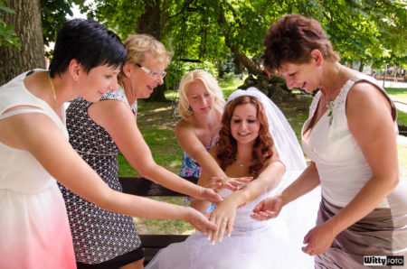 nevěsta se chlubí prstýnkem | Frymburk