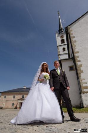 novomanželé u kostela sv. Bartoloměje | Frymburk