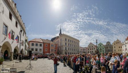 diváci na Náměstí Svornosti | Český Krumlov