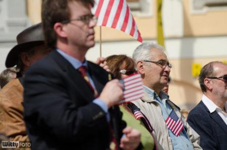 diváci v předních řadách, s americkou symbolikou | Český Krumlov