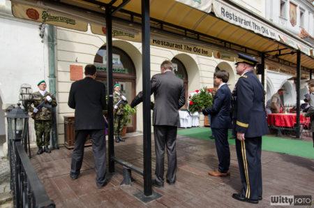 položení květin k pamětní desce na paměť vojáků 26. pěší divize armády USA | Český Krumlov