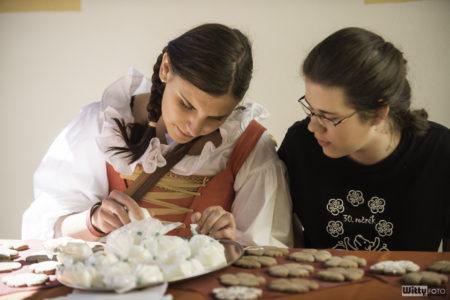 Klášterní dvůr, řemeslný workshop – za klášterní kupony je možné si pod vedením řemeslníků vlastnoručně vyrobit řemeslný výrobek | Český Krumlov, Slavnosti pětilisté růže 2016