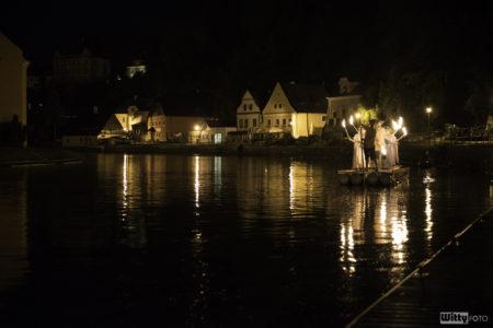 Rybářská ulice, 23:30 Vory na Vltavě – připomínka tradice slavností devadesátých let minulého století | Český Krumlov, Slavnosti pětilisté růže 2016