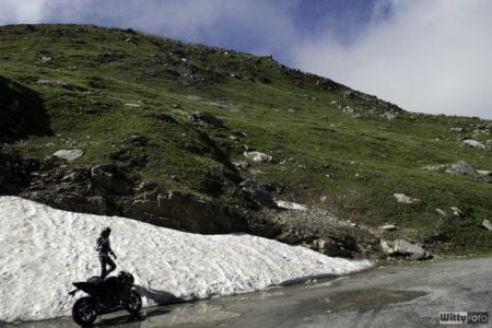 do bláta jsem prostě zajet musel, projít se po sněhu, ulepit kouli a hodit si | Furka Pass 2436 M