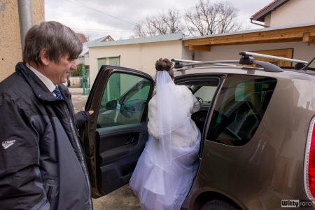 nastupování nevěsty do auta