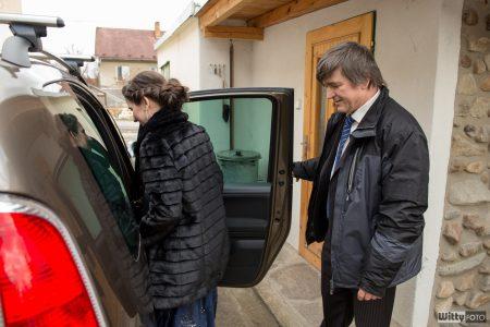nastupování svědkyně do auta