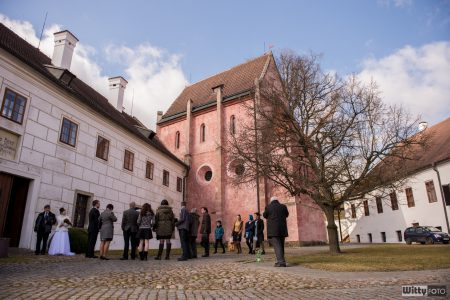 přicházející hosté před klášterem | Zlatá Koruna