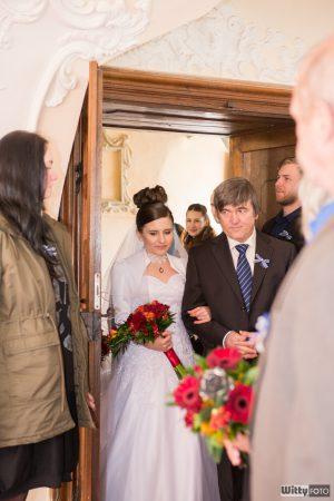 otec vede nevěstu do obřadní síně | Zlatá Koruna
