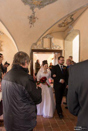 novomanželé vychází z obřadní síně | Zlatá Koruna