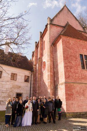 svatební skupinové foto u kláštera | Zlatá Koruna