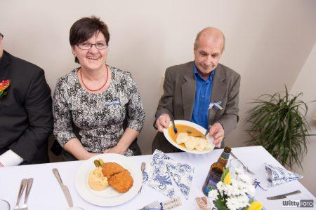 rodiče ženicha za stolem | Zlatá Koruna