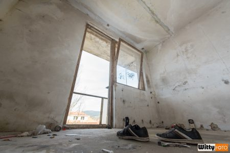 boty před balkónem, hotel Vyšehrad | Český Krumlov