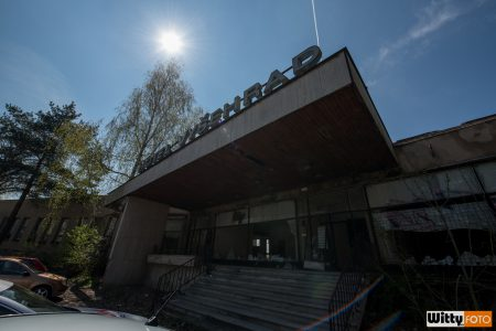 hlavní vchod do chátrajícího hotelu Vyšehrad | Český Krumlov