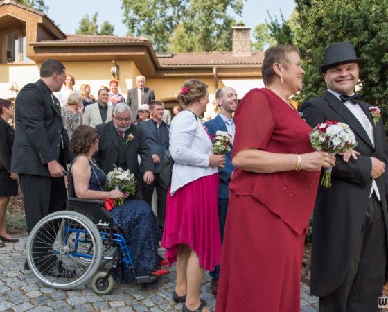 ženich se svatebčany jdou na obřad | Štilec