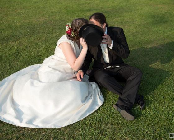novomanželé se zakrývají kloboukem | Štilec