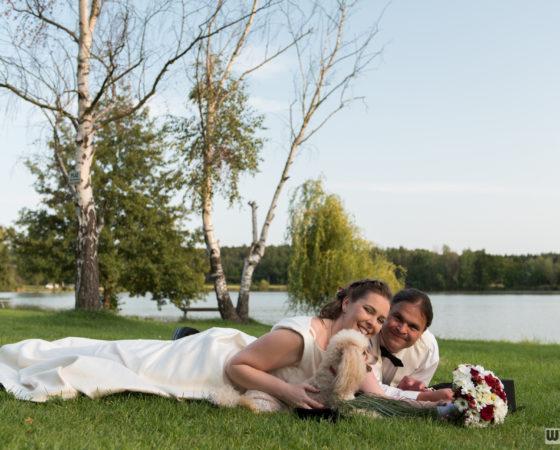 ženich, nevěsta a pes u rybníku | Štilec