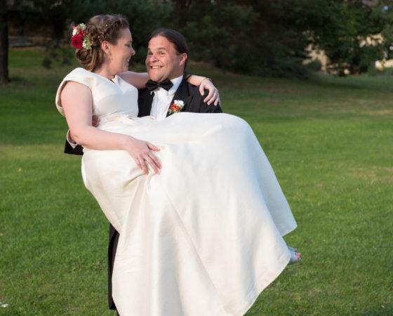 nevěsta v náručí u ženicha | Štilec