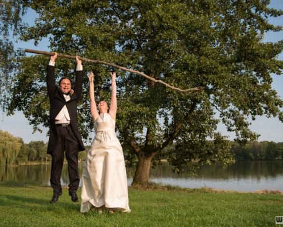manželé, levitující na větvi, nevěsta se utrhla :) | Štilec