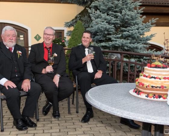 hosté zabrali místa nejblíže u svatebního dortu | Štilec