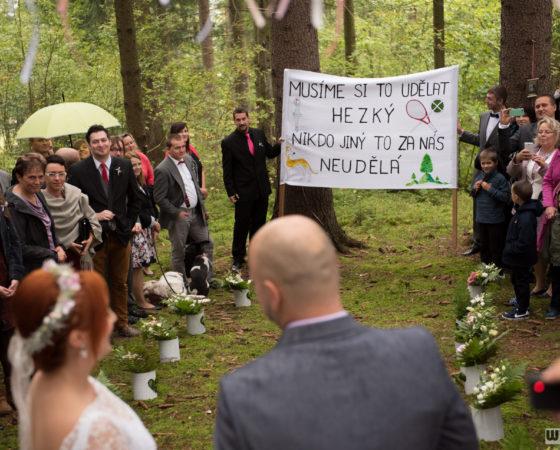 svatební hosté drží transparent | Horní Planá