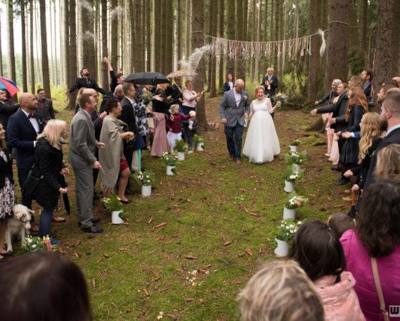 házení rýží na lesní svatbě | Horní Planá