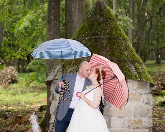 manželé se psem a deštníky v lese | Horní Planá