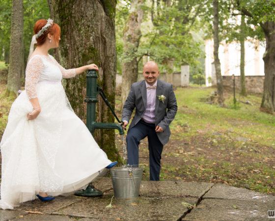 novomanželé u studny | Horní Planá