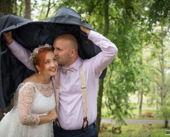 přikrytí nevěsty sakem před deštěm | Horní Planá