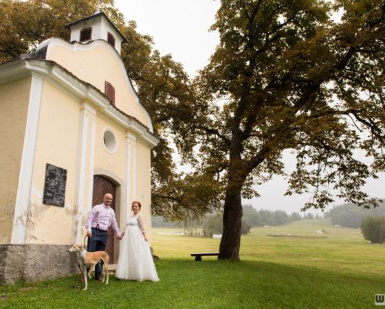 manželé se psem u kapličky | Horní Planá